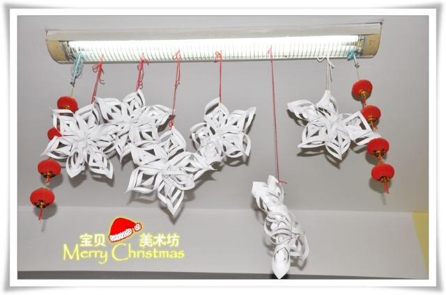 圣诞老人的帽子由红色小纸片粘贴