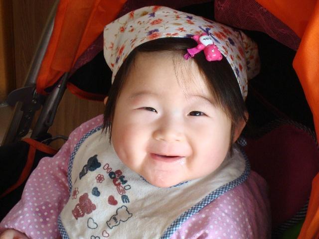 看着她可爱的笑脸