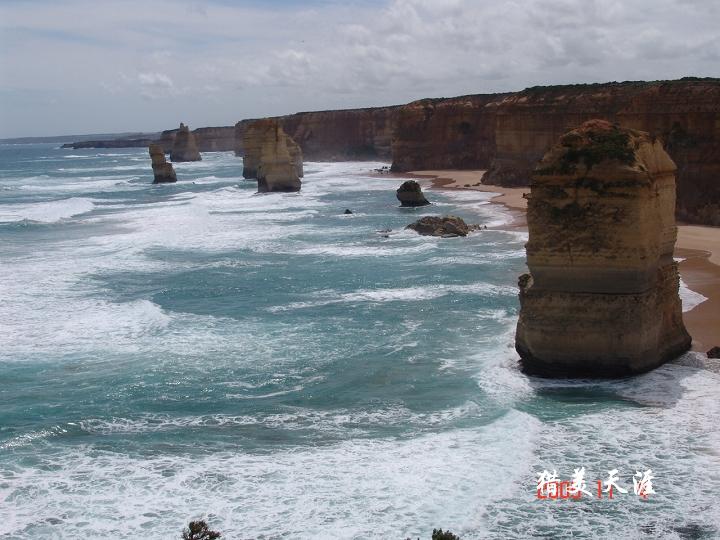 """海浪如鬼斧神工的匠人,把岩石冲击成12座""""雕像""""傲然屹立,蔚为壮观&"""
