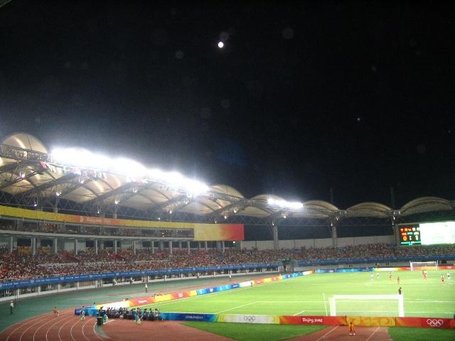 北京奥运会足球比赛中国女足-日本女足的1/4决赛在秦皇岛奥体中心上演!   0-2,一个完全正常的结果,一个可以接受,没有啥意外的结果。 只是输家是我们的主队——中国队,今天又是815——日本战败投降日,心情还是一点点不爽。 输了一场球,不会是输了世界;球迷的心中有杆秤,中国女足还在革命的路上,咱们球迷看到了女足的努力和进步,看到了女足复兴的希望,我们爱中国女足,我们会继续为女足加油!