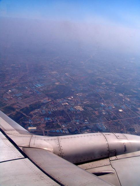 由于苏州没有飞机场,波音737-800客机飞临无锡市上空,落地后要转乘tax