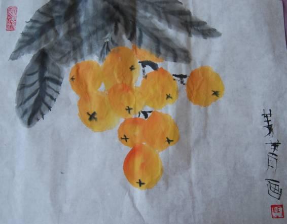 菁菁开始学水墨画了,老师说她很不错,第一次试听画的樱桃,第二次给奶奶画了个寿桃,遗憾没拍照片,本来菁菁刚开始学,画寿桃是有难度的,也不知道能不能画好,没想到画得很不错,裱好了送给了奶奶。 第三次画的是枇杷
