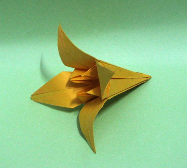其实小时候最初接触的手工就是折纸了,折小船,小衣服,小飞机,千纸鹤