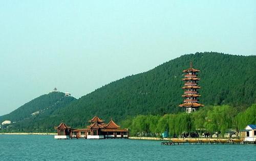 大龙湖位于龙湖水库风景区内,龙湖水库建于1958年大跃进时期,是拦蓄