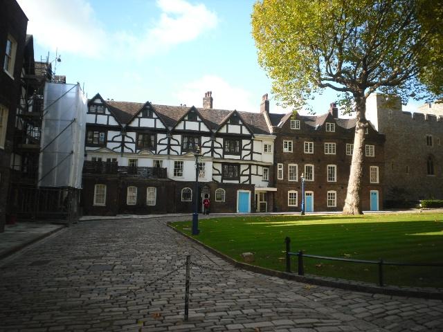 伦敦塔里的建筑妮卡和妈妈在一起和古代的士兵和个影泰晤士河美景妮卡