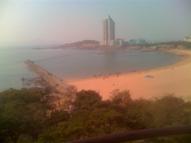 去过众多海滨城市,也到过很多海滩:大连的太硬,塘沽