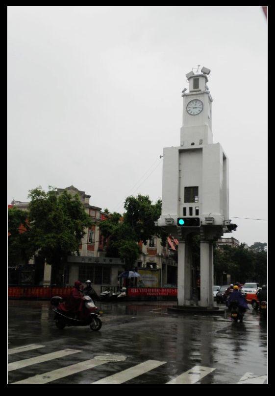 听说中山路上的钟楼很有名,赶过去看,竟古为今用,给安上红绿灯了.